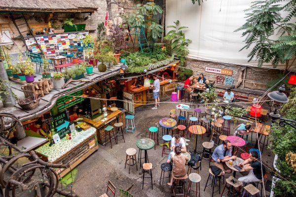 Budapest-ruin-pubs-Szimpla-kert